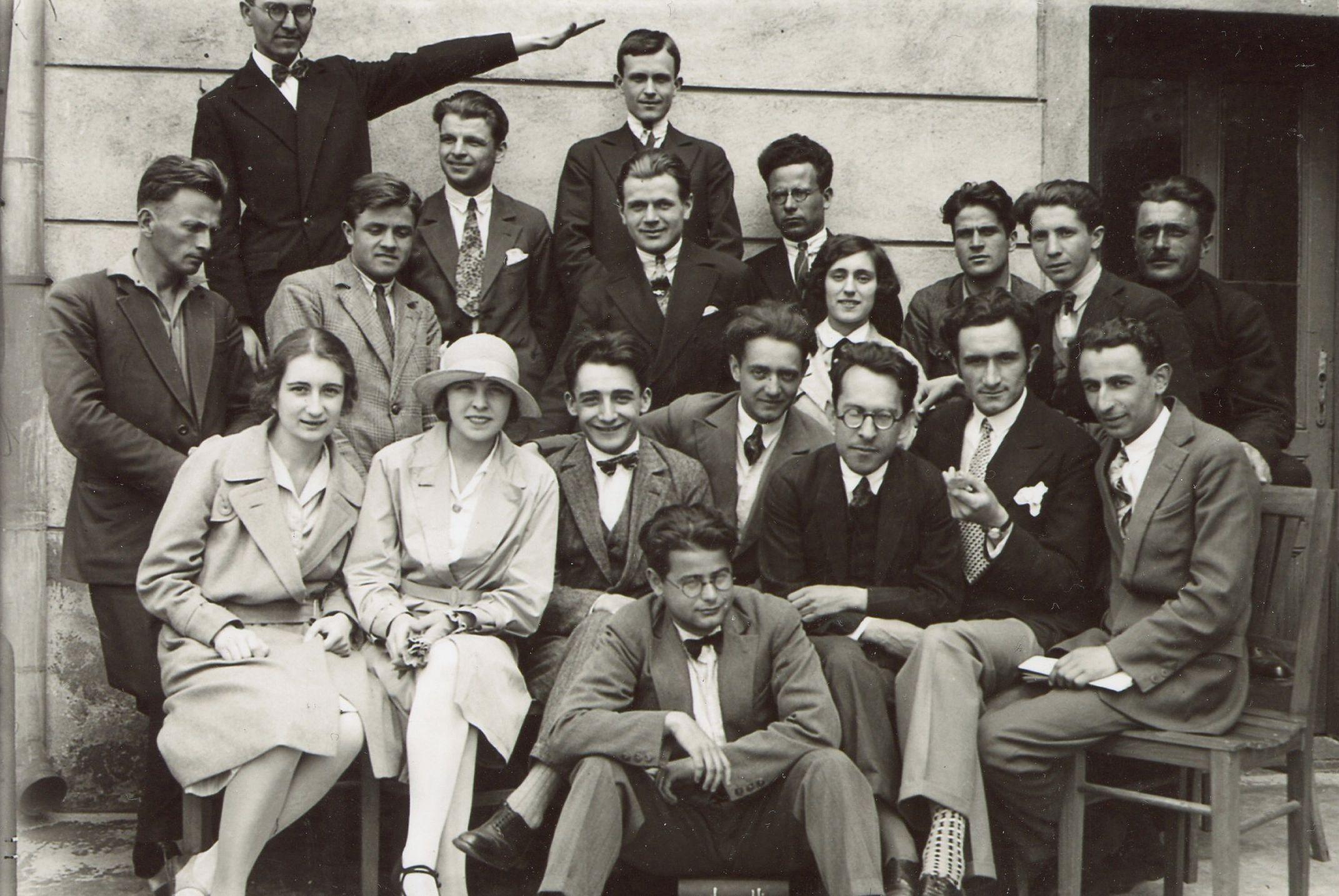 Доц Бешевлиев със студенти – 1930 г.